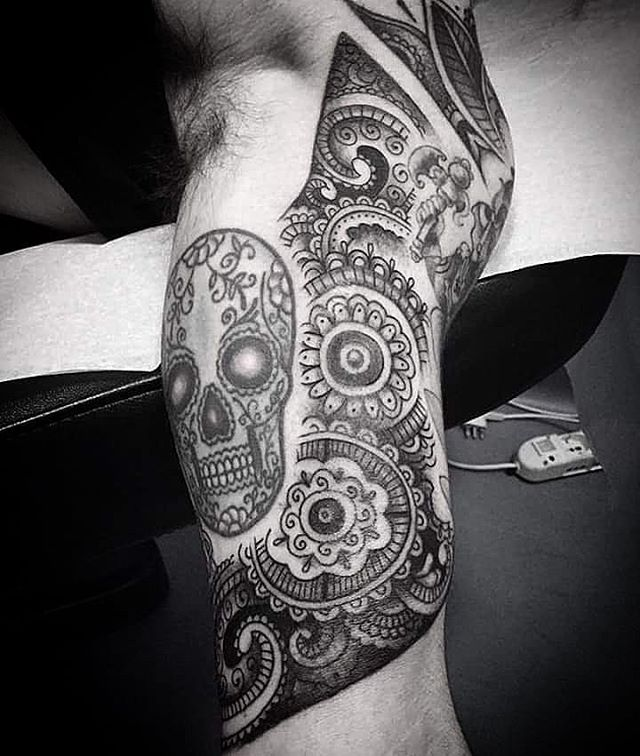 Tatuaggio in corso d'opera effettuato da Arrigo che sarà in studio con noi anche domani; causa defezione dell'ultimo momento avrà ancora un posticino libero, chi si fa avanti? -