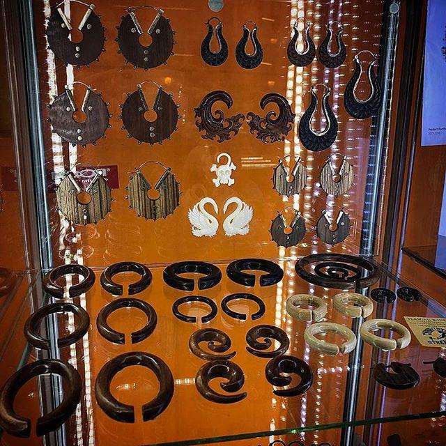 Vasto assortimento di gioielleria da piercing al Virgoz' Studio. Qui solo qualche esempio della collezione in legno -