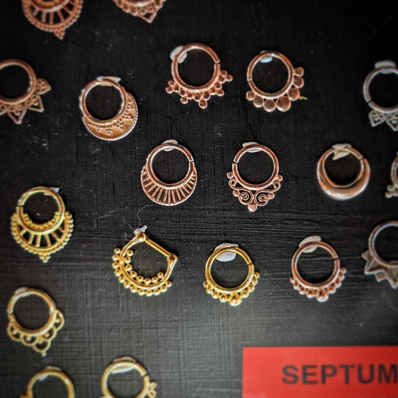 Al Virgoz' Studio trovare una vasta scelta di gioielleria per il vostro setto! -